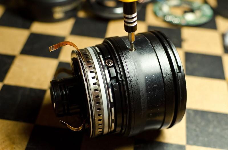 Аккуратно ввинчиваем винтик в отверстие кольца регулировки фокусного расстояния.