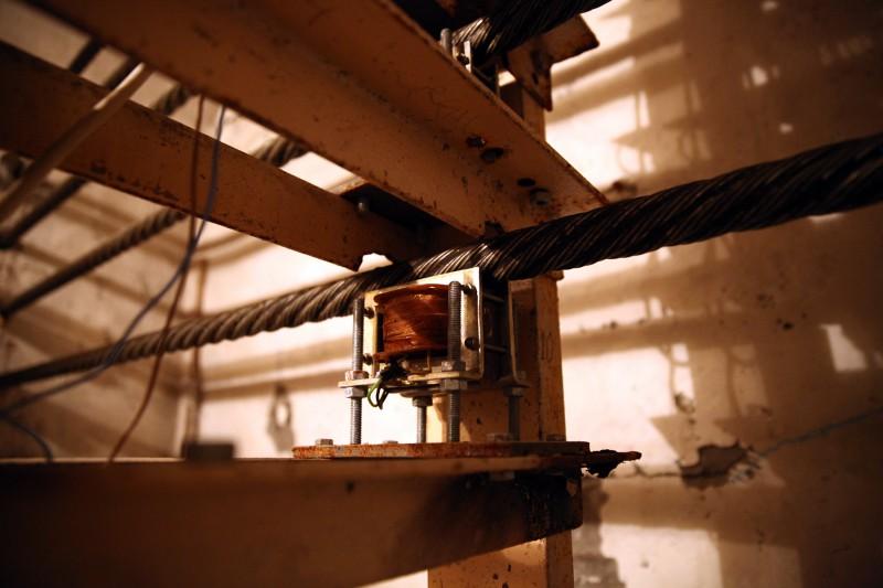 За натяжением тросов следят специальные датчики.
