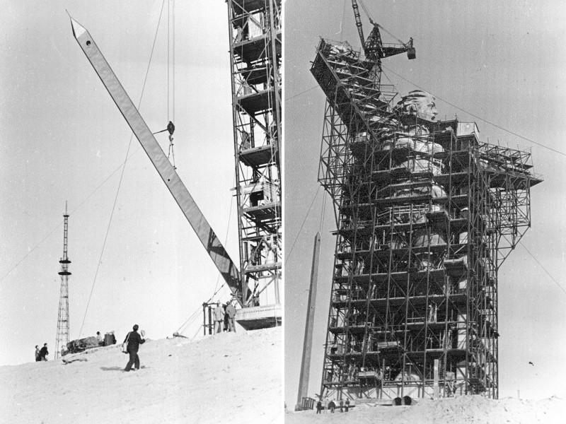 Меч, длиной 33 метра и массой 14 тонн, изначально представлял собой стальной каркас, обшитый титановыми листами. Высокая «парусность» меча вызвала его сильное раскачивание на ветру — избыточное механическое напряжение привело к деформации конструкции, появился неприятный скрежет металлических листов. В 1972 году лезвие меча заменили на бескаркасное, выполненное полностью из стали. Более короткое, 28-метровое, с отверстиями для уменьшения парусности и демпферами для гашения колебаний от ветровых нагрузок.