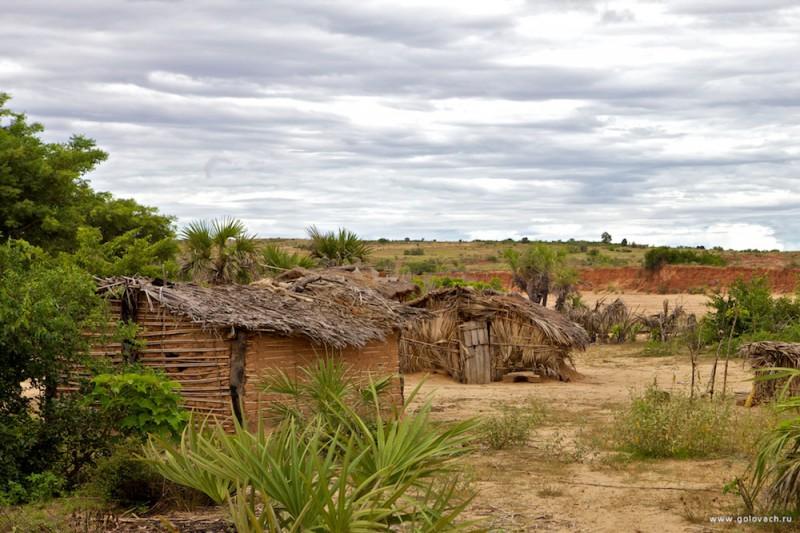 Типичная деревня где живут «черные копатели», на острове Мадагаскар.