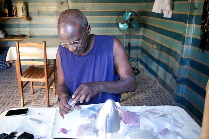 Это Омар. Он будет нашим проводником в этом странноватом месте. Омар, выходец из ЮАР. Один из лучших специалистов по камням на острове Мадагаскар. Предварительный отбор нескольких камней для показа.