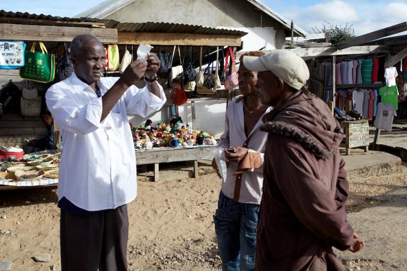 Гуляем по рынку. По ходу нашего движения, Омару предлагают только что выкопанные камни. Как правило, качество не очень хорошее.
