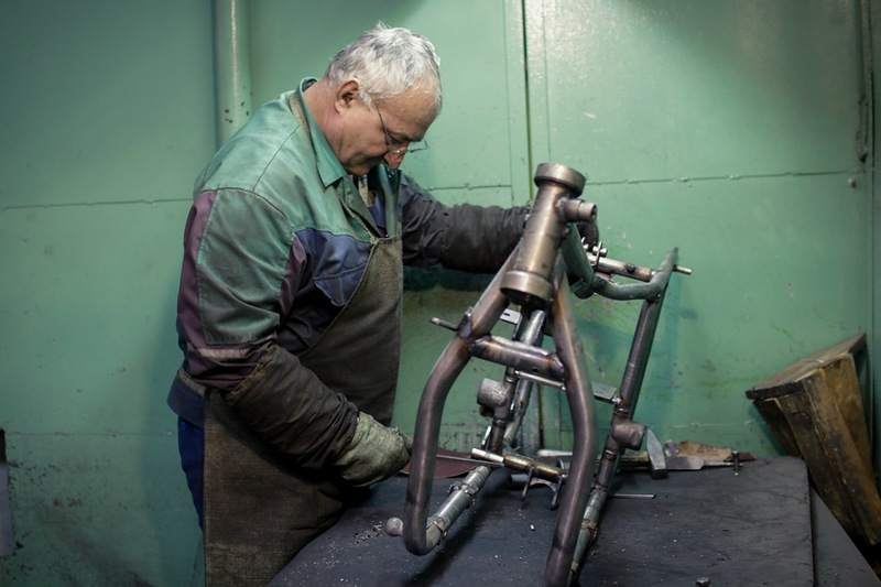 """На предприятии по производству мотоциклов """"Урал"""" работает чуть больше ста человек. Для сравнения в советские годы рабочих было 10 000."""