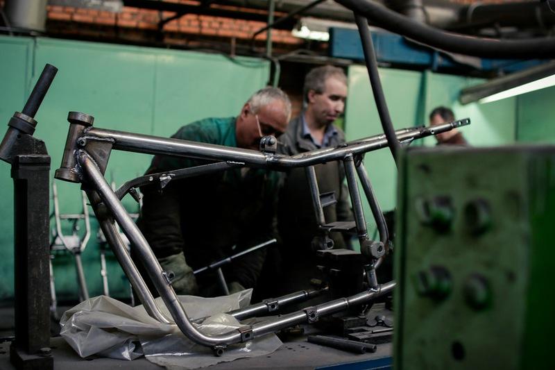 """Строго говоря эти мотоциклы правильнее было бы называть Ural, чем """"Урал"""". Потому что большинство комплектующих в них импортные. Знатоки мототехники наверняка много значительно покачают головой когда увидят список брендов, которые поставляют компоненты в Ирбит. Телескопические вилки Marzocchi, амортизаторы Sachs, генератор Denso, аккумулятор Yuasa, зажигание Ducati, подшипники SKF, шестерни Herzog, манжеты NAK, дисковые тормоза Brembo, электронный впрыск топлива на основе компонентов Bosch и Delphi. В общем полный фарш по мотоциклетным меркам."""