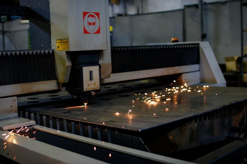 Станки на заводе в основном советские, но есть и новые, например эта лазерная вырезалка.