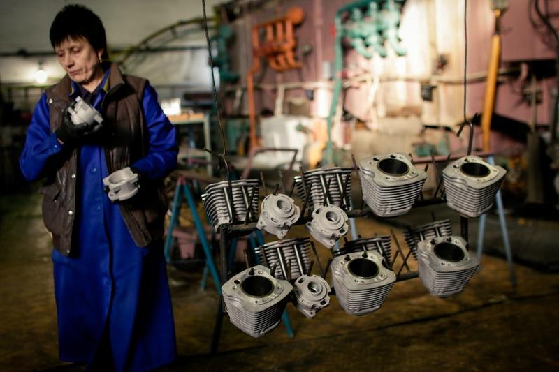 Работой на заводе дорожат. 25 000 рублей в Ирбите на дороге не валяются.