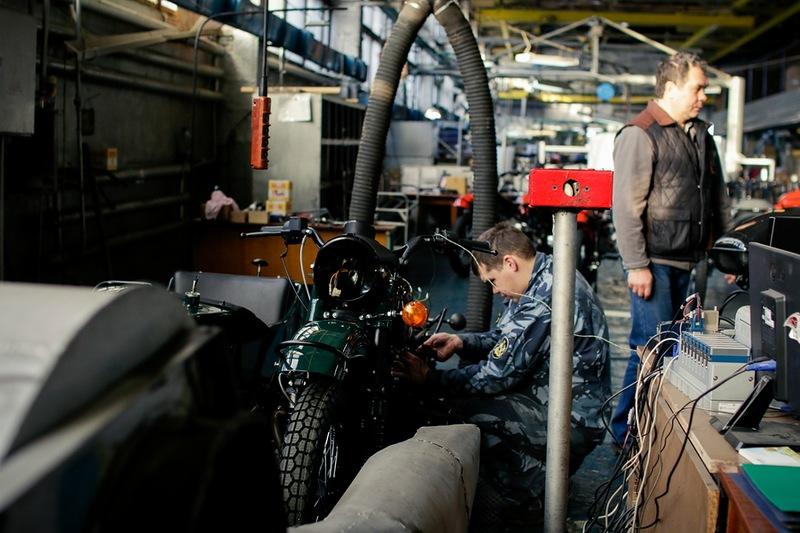 На специальном стенде тестируют и обкатывают каждый мотоцикл.