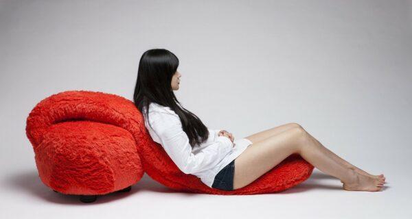 Корейский дизайнер создал мебель мечты — кресло-обнимашку