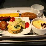 Как выглядит еда на борту самолета в 15 авиакомпаниях