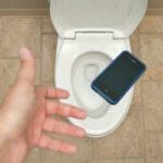 Как не утопить смартфон: идея для тех, кто не расстается с телефоном даже в туалете