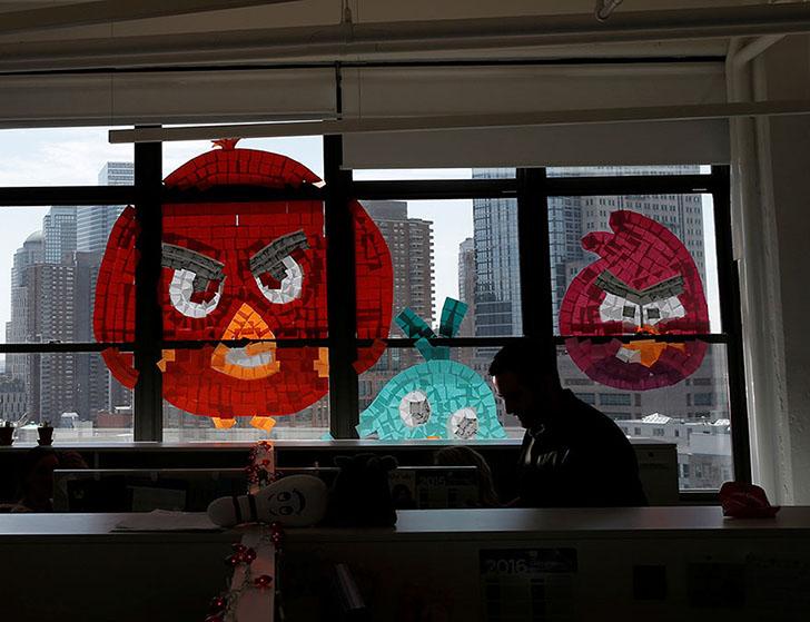 Значит, война: битва стикеров между двумя офисными зданиями