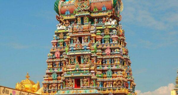 Стены этого индийского храма состоят из тысяч скульптур