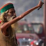 Во имя мира и господа: индус держит руку поднятой с 1973года