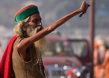 Во имя мира и господа: индус держит руку поднятой с 1973 года фото