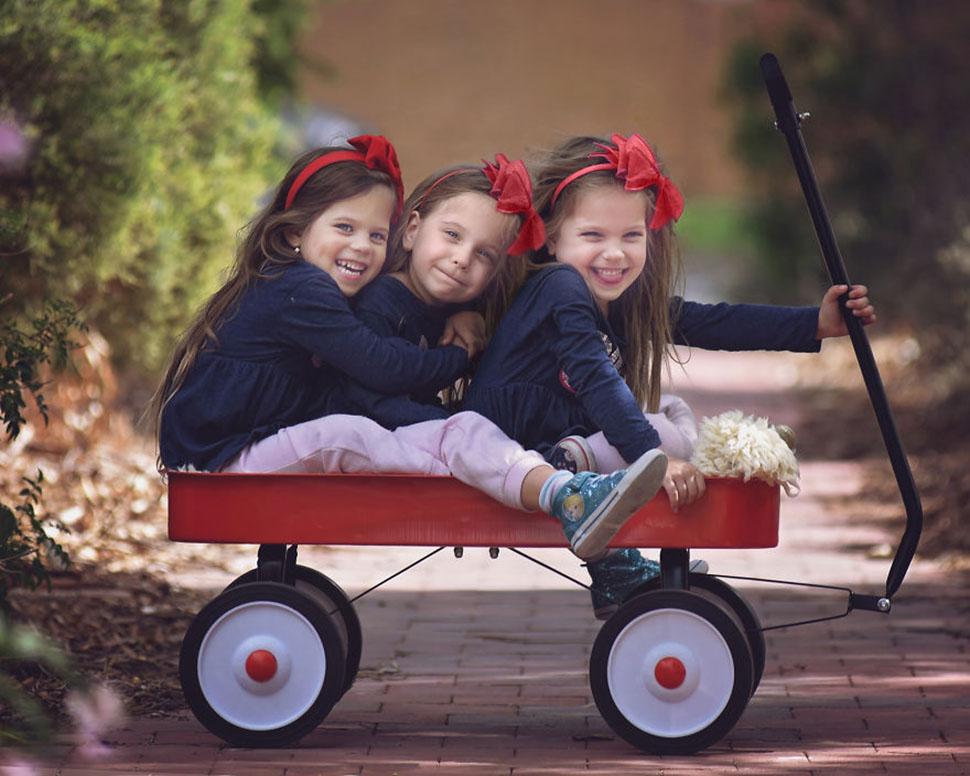 Мать фотографирует, как растут ее дочери-тройняшки, и это очаровательно