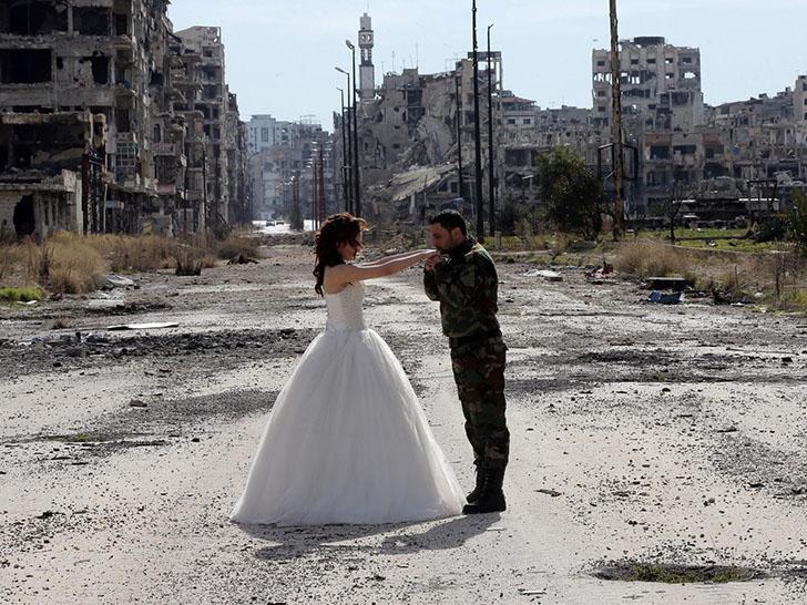 Война и мир: сирийская пара устроила свадебную фотосессию на развалинах Хомса
