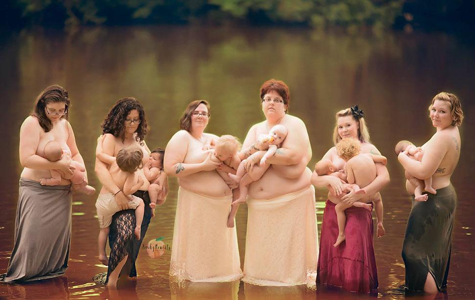 Кормящие матери обнажили грудь для фотосессии в реке