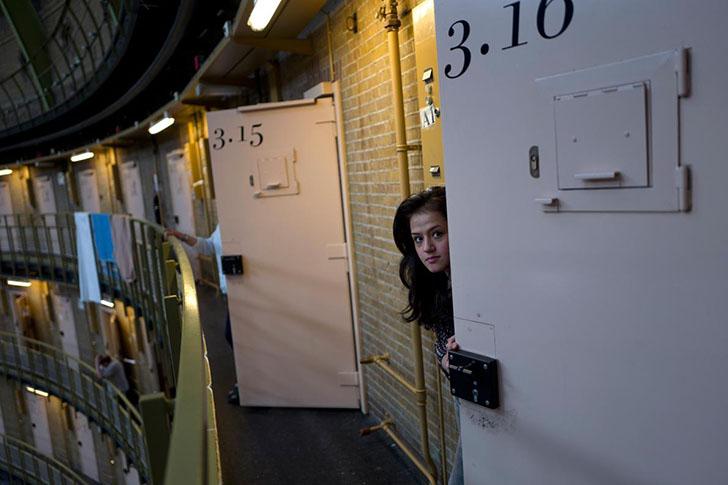 Беженцев в Нидерландах встречают с распростертыми объятиями... и селят в тюрьму