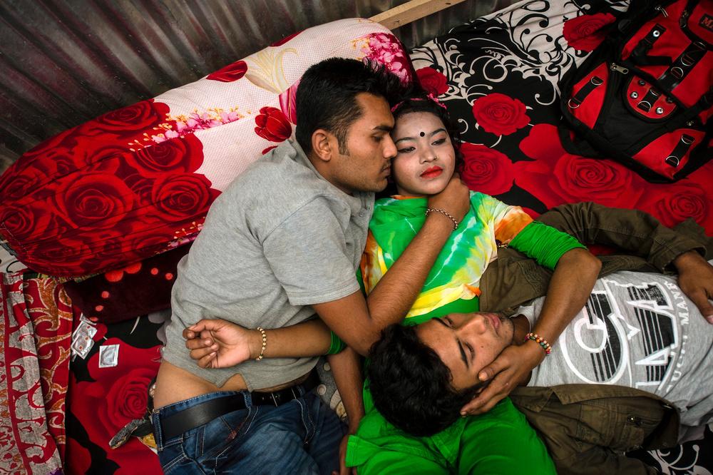 Муж и жена в борделе