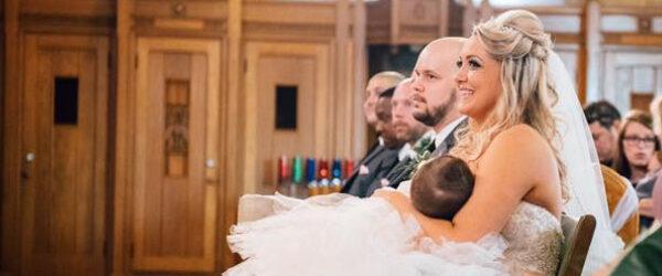 Не надо стесняться: невеста покормила младенца грудью прямо во время свадьбы