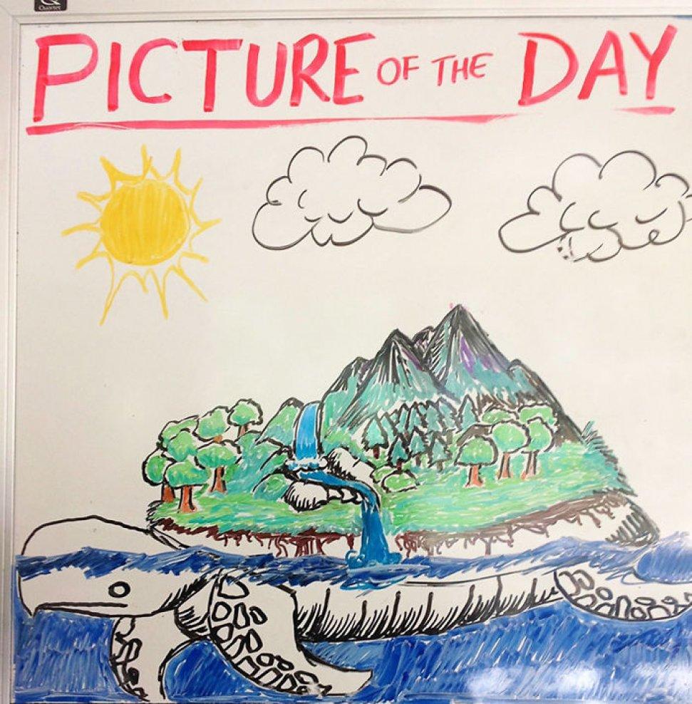 Креативный учитель истории каждый день рисует картины на классной доске