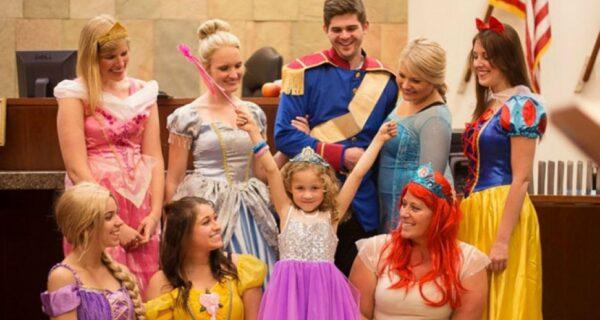 Весь зал суда переоделся в костюмы диснеевских героев, чтобы поддержать 5‑летнюю девочку