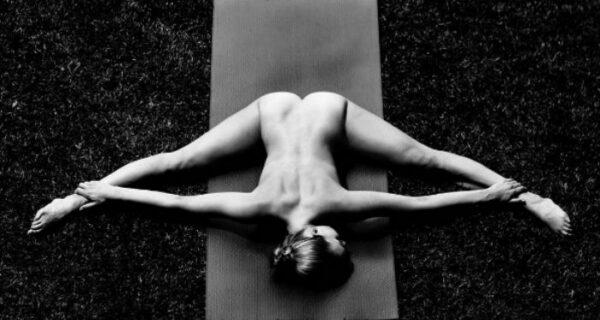 Обнаженная йогиня продолжает вдохновлять