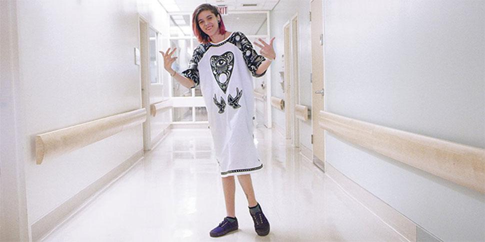 Дизайнеры преобразили унылую больничную одежду, чтобы поднять настроение больным детям