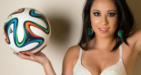 Прекрасная бразильянка мастерски обращается с мячом в коротком платье