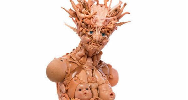 Это вам не игрушки: скульптор создает человекоподобные фигуры из старых кукол