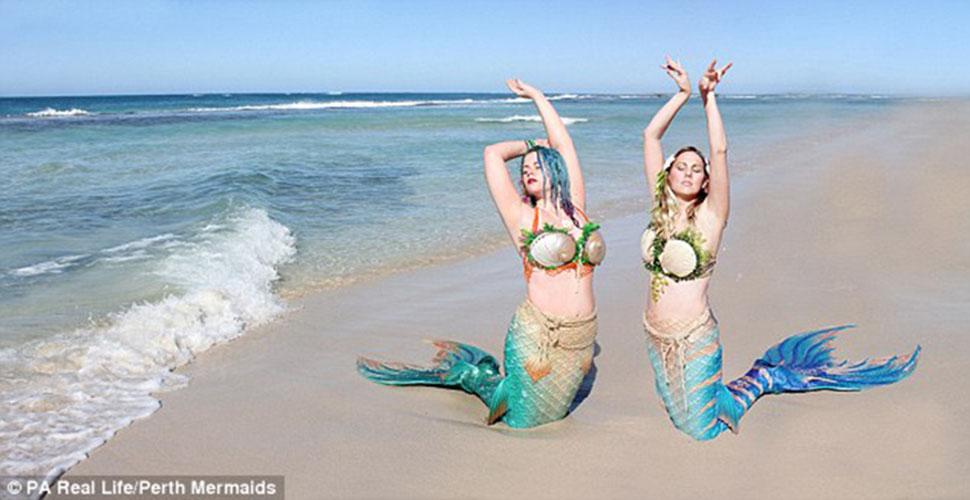 Две подружки на пляже фото