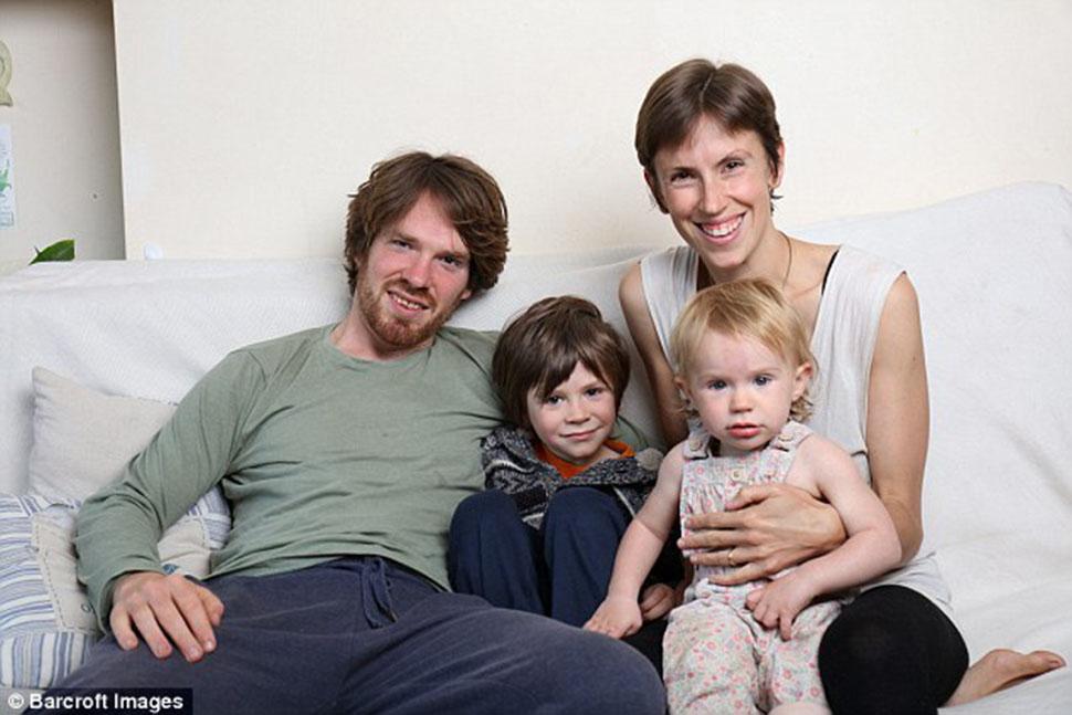 Британка считает нормальным кормить грудью своего пятилетнего сына и отказываться от лекарств