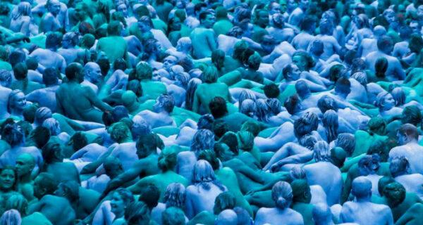 Синий голый океан: тысячи британцев разделись, покрасили тела в синий цвет и пошли гулять