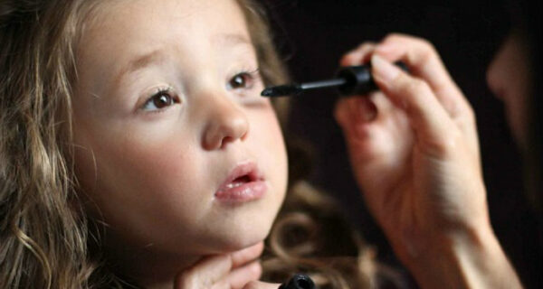 «Никакие извращенцы на нее там не пялятся»: мама рассказывает, что ее 3‑летняя дочь просто помешана на конкурсах красоты