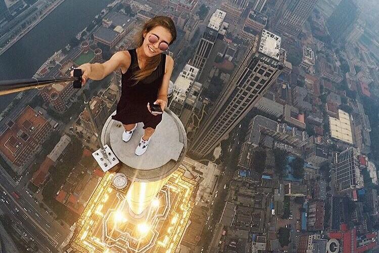 Не повторять! Девушка из России делает максимально рискованные селфи