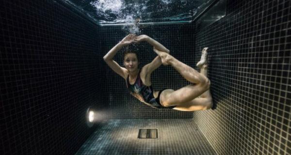 Подводные портреты людей, нырнувших в бассейн с ледяной водой