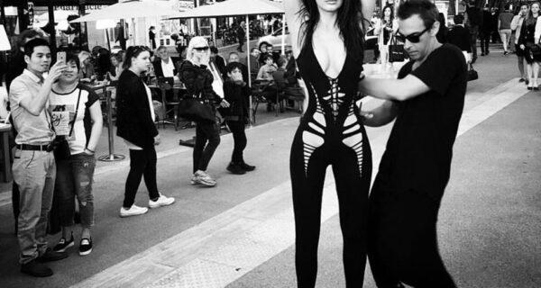 Этот дизайнер просто берет ножницы и вырезает сексуальные наряды прямо на моделях