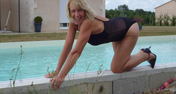 59-летнюю британку выжили соседи за то, что она загорала топлес