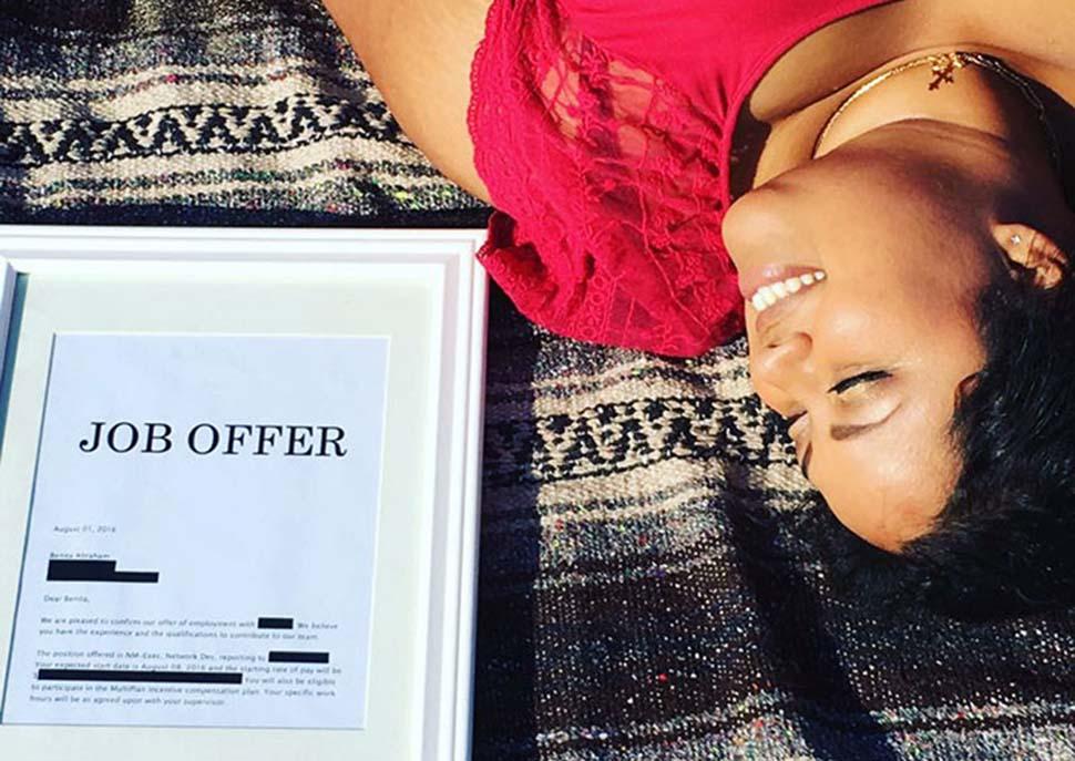 Девушка сделала «помолвочную» фотосессию со своим предложением о новой работе