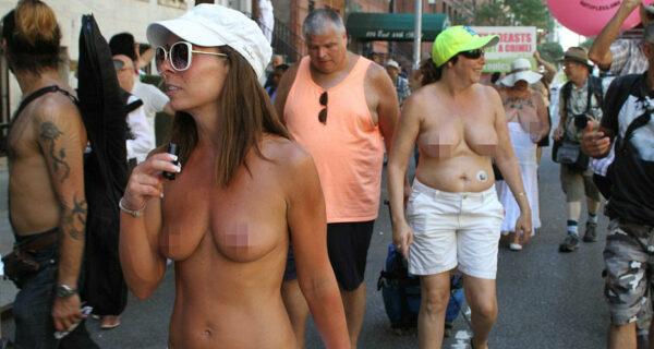 Голышом по мостовой: в «День топлес» американки вышли на улицы с голой грудью в защиту равенства полов