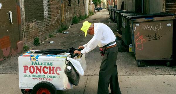 Незнакомые люди собрали более 250 тысяч долларов для 89-летнего продавца мороженого