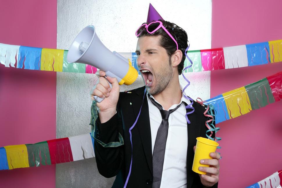 Много людей кричит с днем рождения