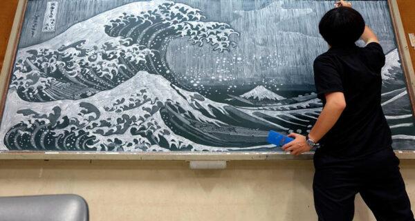 Японский учитель пишет потрясающие картины мелом на школьной доске