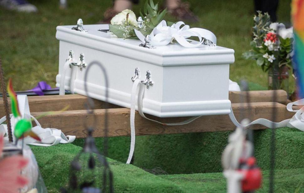 Сотни людей пришли на похороны безымянной девочки, которую бросила мама