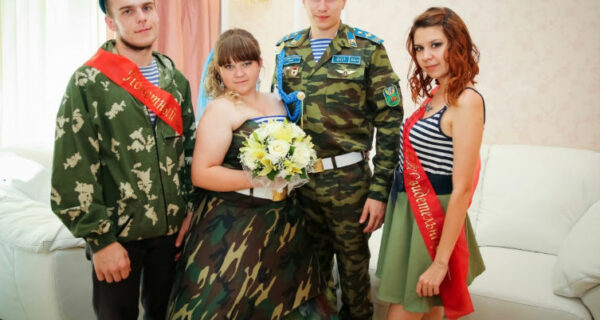 Камуфляжное платье, береты и тельняшки: в Омске прошла свадьба в стилеВДВ
