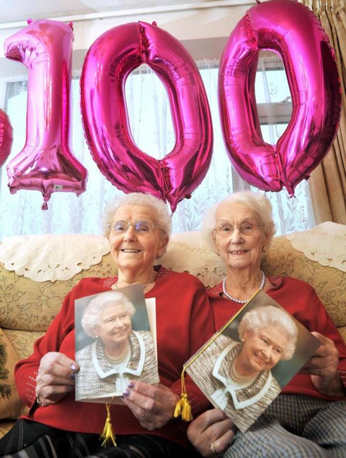 Оригинальные подарки женщинам двойняшкам на 50 лет 53