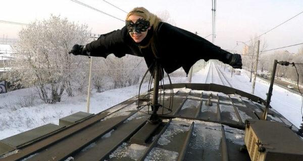 Kobzarro — девушка, которая летает на крыше московских поездов в часпик