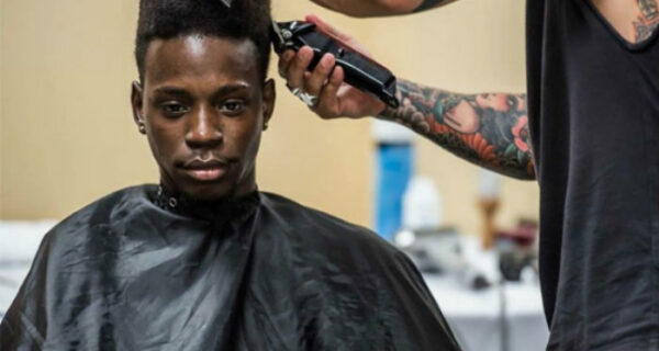Нью-йоркский стилист каждое воскресенье бесплатно стрижет бездомных