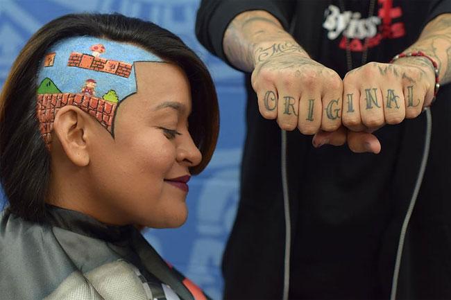 Парикмахер создает объемные портреты из волос клиентов
