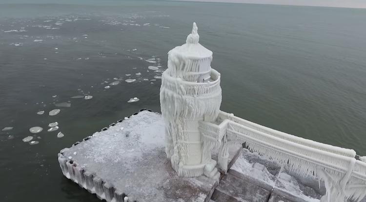 Маяк на озере Мичиган совсем замерз и превратился в сказочную башню
